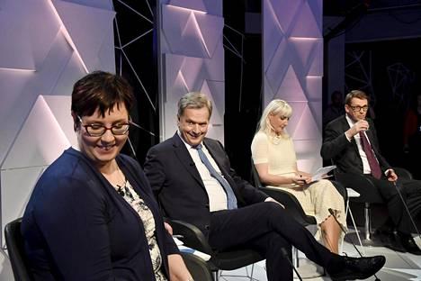 Valitsijayhdistyksen ehdokas Sauli Niinistö kertoi ajatuksensa rahallisesta tuesta arvoaan menettävien asuntojen omistajille Ylen vaalitentissä torstai-iltana. Kuvassa vasemmalla Merja Kyllönen (vas) ja oikealla Laura Huhtasaari (ps).