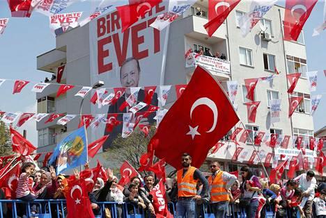 Presidentti Recep Tayyip Erdoğanin kannattajat kokoontuivat sankoin joukoin lauantaina Istanbulissa.