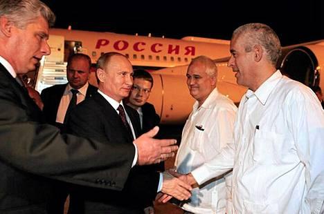 Kuuban varapresidentti Miguel Diaz-Canel (vas.) toivotti Venäjän presidentti Vladimir Putinin (kolmas vasemmalta) tervetulleeksi José Martin kansainvälisellä lentokentällä Havannassa perjantaina.