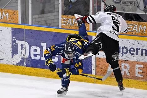 TPS:n Eemil Viro (oik.) taklasi polvella Lukon Kristián Pospíšilia pelirangaistuksen arvoisesti Liigan kevään ensimmäisessä loppuottelussa.