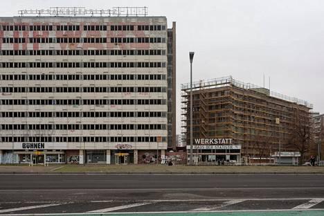 Berliinin keskeisilläkin paikoilla seisoo tyhjiä rapistuvia taloja, kuten entinen DDR:n tilastokeskus Alexanderplatzin tuntumassa.