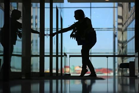 Uudistus lisäisi monien työssä olevien turvattomuutta. Toisaalta se voisi helpottaa esimerkiksi nuorten ja syrjäytyneiden työnsaantia.
