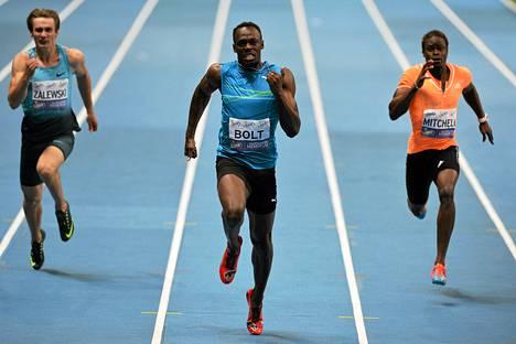 Usain Bolt pinkoi Varsovassa sisäratojen maailmanennätyksen.