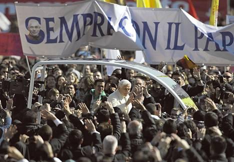 """""""Paavin mukana aina"""", luki Pietarinaukiolle nostetussa julisteessa keskiviikkona, jolloin Benedictus XVI piti viimeisen puheensa paavina."""