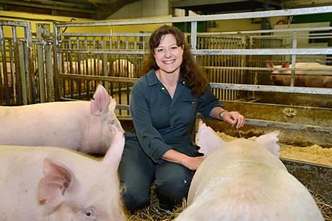 Skotlantilaisen Roslin-instituutin geenitutkija Christine Tait-Burkard geenieditoitujen sikojen kanssa.
