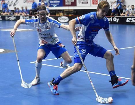 Oilersin Jani Rauhala ja Classicin Sami Johansson kamppailevat pallosta.