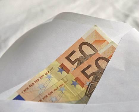 Useimpien suomalaisten mielestä valmistuneille annettavien rahalahjojen suuruus ei ole liian kova.