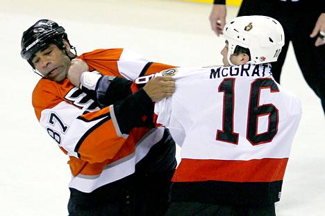 Philadelphia Flyersin Donald Brashear (vas.) otti yhteen Ottawan Brian McGrattanin kanssa NHL-ottelussa maaliskuussa 2006.