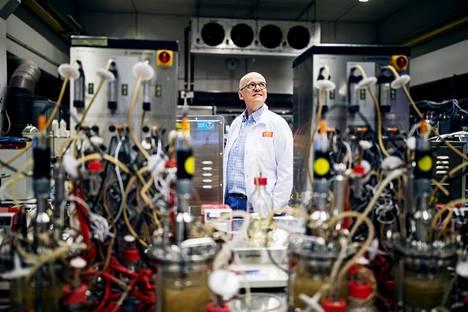 VTT:n toimitusjohtaja Antti Vasara Espoon Otaniemessä VTT:n laboratoriossa. Kuvan etualalla on bioreaktoreja, joiden sisällä tutkitaan mikrobien kasvatusta. Niiden avulla voidaan tuottaa esimerkiksi maidon tai kananmunan proteiinieja hallituissa olosuhteissa.