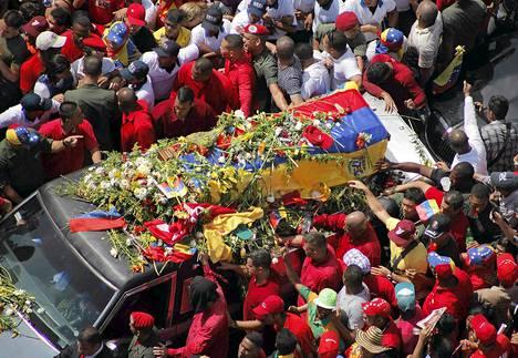 Presidentti Hugo Chavezin arkku kuljetettiin valtavan ihmisjoukon läpi Caracasin sotilassairaalasta keskiviikkona.
