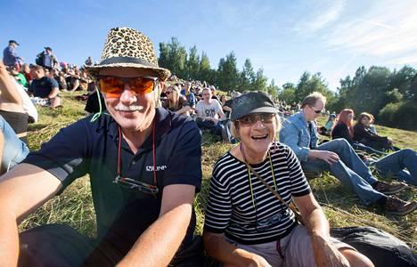 Keijo ja Seija Jalo kuuntelivat Kontufestareilla Notkeaa Rottaa. Pariskunta on käynyt juhlilla melkein joka vuosi.