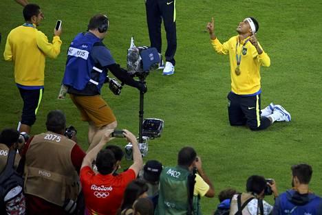 Muusikon uraa virittelevä Neymar juhli elokuussa Rio de Janeiron Maracanã-stadionilla jalkapallon olympiakultaa.