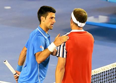 Novak Djokovic kehui vastustajansa Gilles Müllerin syöttöä.