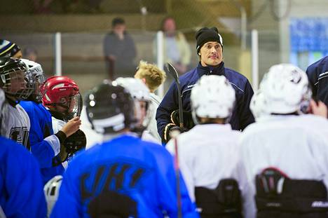 Treffeillä voi pelata jääkiekkoa. Teemu Selännekin luisteli Vuokatissa 2014.