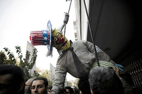 Mielenosoittajat hirttivät Uncle Samia esittävän nuken Yhdysvaltain entisen suurlähetystön edustalla Teheranissa.