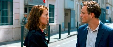 Marie (Paula Beer) ja Georg (Franz Rogowski) Marseillen kaduilla elokuvassa Transit.