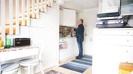 Jarmo Palmun kodissa portaiden alle rakennettu tilava kaapisto parantaa toimivuutta. Yhtenäinen vaalea väritys lisää tilan tuntua.