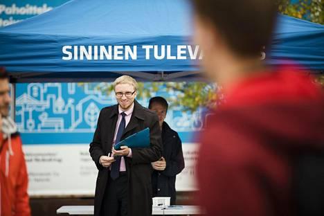 Kansanedustaja Simon Elo keräsi Sinisen tulevaisuuden kannattajakortteja Helsingin Narinkkatorilla tiistaina.