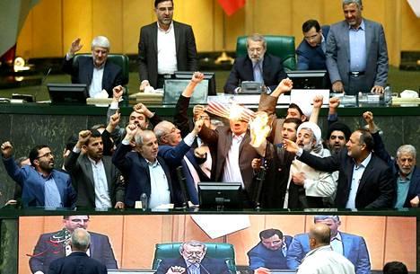 Iranin parlamentin välittämässä kuvassa parlamentaarikot polttivat keskiviikkona Yhdysvaltain lippua.
