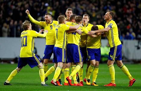 Ruotsin pelaajat juhlivat 1–0-voittoaan Italiasta jalkapallon MM-kisojen jatkokarsinnan ensimmäisessä osaottelussa.
