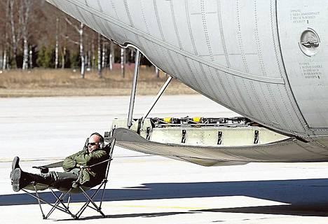 Ruotsin ilmavoimien työntekijä lepäsi kuljetuskoneen luona Nato-harjoituksessa huhtikuun alussa.