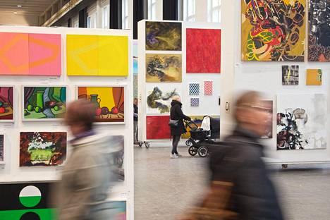 Taidemaalariliiton teosvälitys Merikaapelihallissa vuonna 2020.