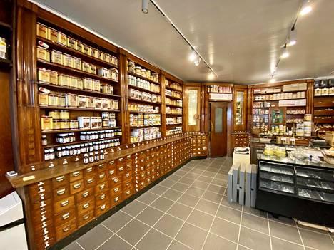 Apteekki-kalusteet olivat käytössä Kotka-apteekissa melkein sadan vuoden ajan vuoteen 2003 saakka.