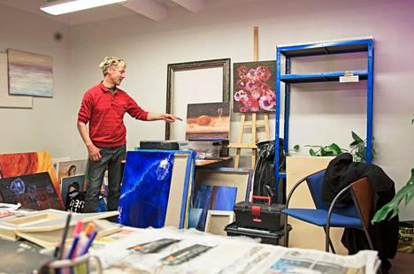 Castréninkadun asuntolassa asuva Pekka Pyykkönen on työskennellyt taidemaalarina ja juristina.