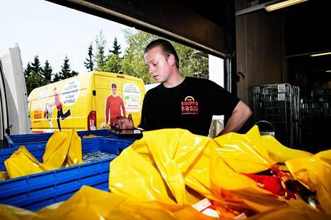Mika Kumpulainen on lähdössä kuljettamaan verkkokaupan kautta tilattuja ruokaostoksia kohti toimitusosoitetta.