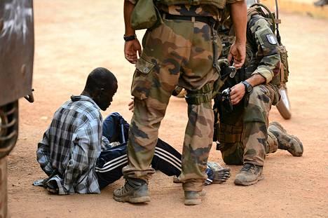 Ranskalaiset sotilaat pidättivät perjantaina räjähteitä kantaneen miehen Keski-Afrikan tasavallan pääkaupungissa Banguissa.