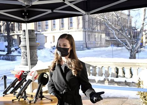 Pääministeri Sanna Marin (sd) puhui medialle Säätytalolla keskiviikkona ennen hallituksen iltakoulua.