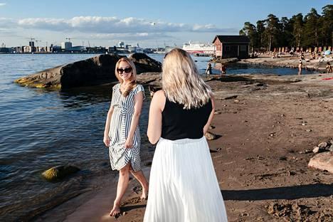 Juhannuksen vieton keskellä oli aikaa myös valokuvaukselle. Sofia Kirjonen nappasi ystävästään Heta Mäkisestä kuvan Pihlajasaaren rannalla.