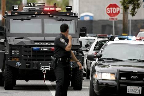 Poliisit partioivat ammuskeluvälikohtauksen jälkeen Santa Monican collegen edustalla lähellä Los Angelesia perjantaina.