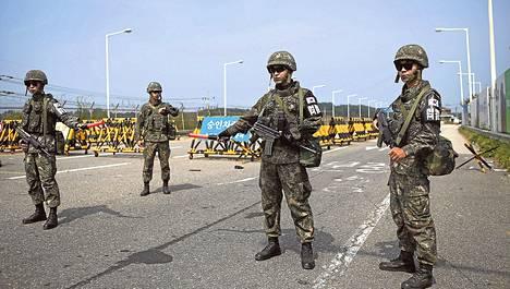 Etelä-Korean sotilaat partioivat tarkastuspisteellä Koreoiden rajavyöhykkeellä maanantaina.