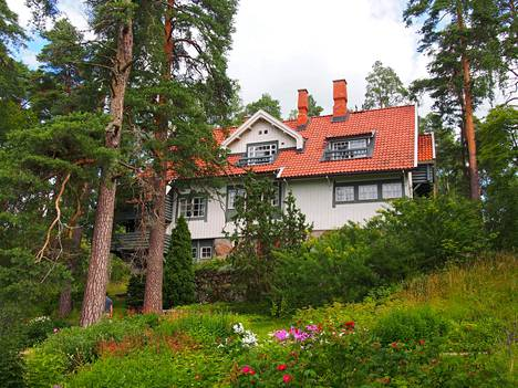 Kotimuseo Ainola sijaitsee noi kilometrin päässä Ainolan asemasta.
