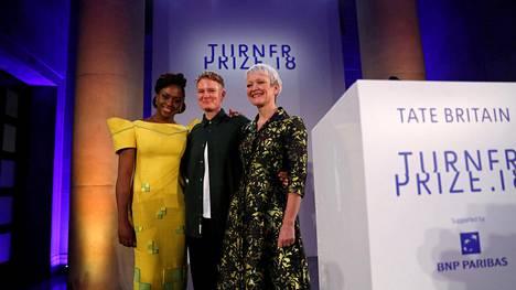 Kirjailija Chimamanda Ngozi Adichie (vas.), vuoden 2018 Turner-palkinnon saanut Charlotte Prodger ja Tate-museon johtaja Maria Balshaw yhteiskuvassa joulukuussa 2018.