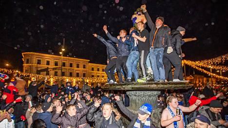Kuvia juhlista, jotka alkoivat kun Suomi pääsi jalkapallon EM-kisoihin.