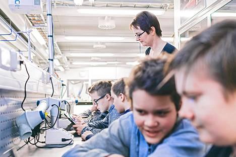 Kahdeksannen luokan oppilaat Joni Mikkanen (vas.), Aaro Happonen, Samuel Komu ja Mico Bräysy harjoittelivat koodausta teknologiantunnilla Jynkänlahden koulussa Kuopiossa. Koodaamisessa neuvoi opettaja Sinikka Leivonen.