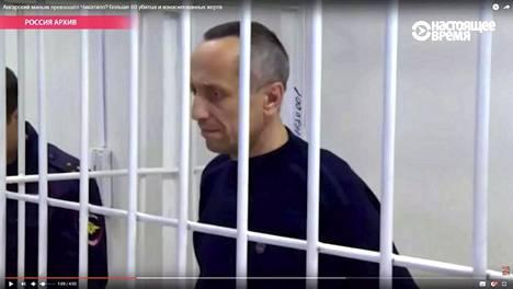 Mihail Popkov tuomittiin 22 murhasta vuonna 2012. Nastojaštšeje Vremja -kanava seurasi oikeudenkäyntiä. Kuvakaappaus Youtube-videosta.