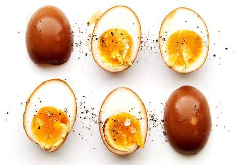 Momofukun reseptissä kananmunat marinoidaan soijakastikkeen ja sherryviinietikan seoksessa.
