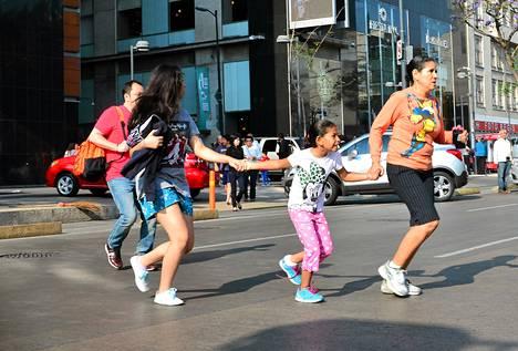 Asukkaat pakenivat kaduille, kun maanjäristys ravisteli Mexico Cityä.