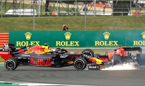 Silverstonen erikoisin yhteentörmäys nähtiin kisan loppupuolella, kun Sebastian Vettel törmäsi Max Verstappenin perään.