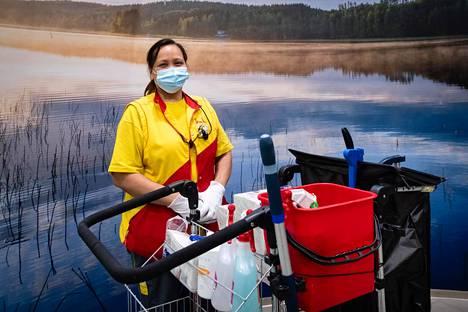 Itäkeskuksessa siivoojana työskentelevä Flordeliza Sambat kokee, että hän tekee korona-aikana entistä tärkeämpää työtä.