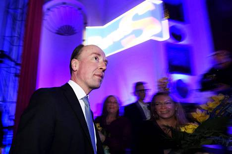 Perussuomalaisten puheenjohtaja Jussi Halla-aho nousi lavalle pitämään puhetta puolueen vaalivalvojaisissa Helsingissä sunnuntaina.