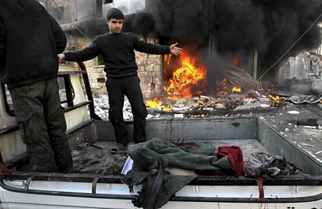 Nuorimies levittelee käsiään autonlavalla Aleppon kaupungin Al Sukarissa tiistaina.