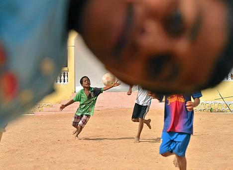 Jemeniläislapset pelasivat jalkapalloa YK:n pakolaisten vastaanottokeskuksessa Djiboutissa. YK:n mukaan ainakin 900 ihmistä on paennut Jemenin sisällissotaa Afrikan-sarveen viimeisen kymmenen päivän aikana. Heistä 344 on hakenut Djiboutista turvapaikkaa.