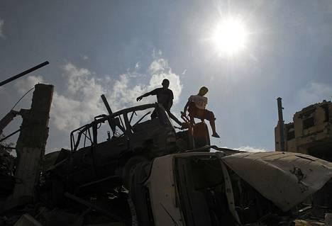 Palestiinalaiset yrittivät pelastaa tavaroitaan hävityksen alta Rafahissa Gazan eteläosassa 72 tunnin tulitauon astuttua voimaan.
