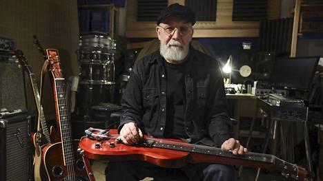 """""""Elämme suomalaisen soitinrakentamisen kulta-aikaa"""", sanoo Olli Haavisto, jonka uusin kitara on Viitasaari Instrumentsin valmistama lap steel. Sitä soitetaan juuri näin, lappeellaan sylissä. Kitara on Haaviston oman nimikkomallin, Olli Haavisto Modelin prototyyppi."""