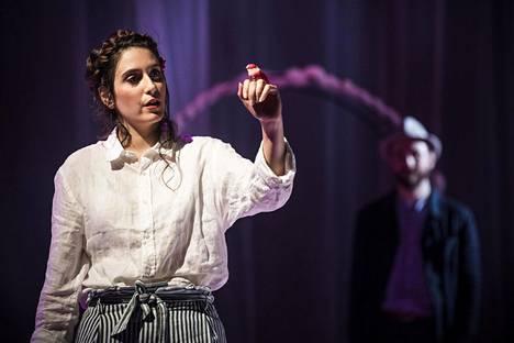 Iris Candelaria valloittaa L'amico Fritz -oopperan Suzelina säteilevän herkkäsävyisellä lyyrisellä sopraanollaan.