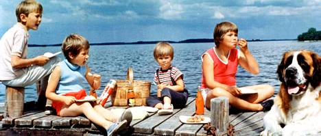 Pelle (Stephen Lindholm), Stina (Kristina Jämtmark), Ninni (Kajsa Dandenell), Pampula (Maria Johansson) sekä Laivuri-koira alkuperäisessä Saariston lapset -sarjassa.
